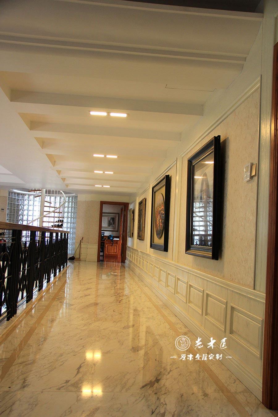 二楼走廊护墙板原木装修效果图