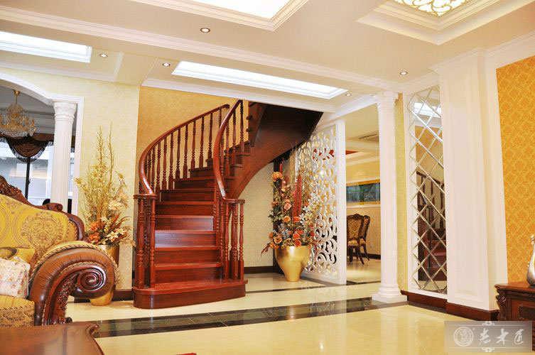 老木匠提供简欧别墅楼梯装修图片